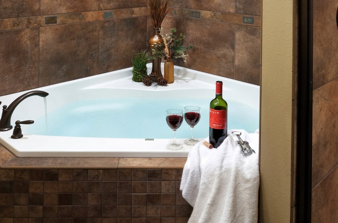 Romantic jacuzzi in the Reunion Cabin.